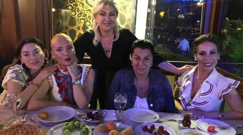 """Muazzez Ersoy, ortağı olduğu Kadıköy Maltepe'deki """"Muazzez Ersoy & Şenol Kolcuoğlu Kebap""""da, önceki gece Türk Pop Müziği'nin en önemli kadın seslerinden Aşkın Nur Yengi ve Linet ve modacı Gülşah Saraçoğlu'yla iftar yemeğinde buluştu."""